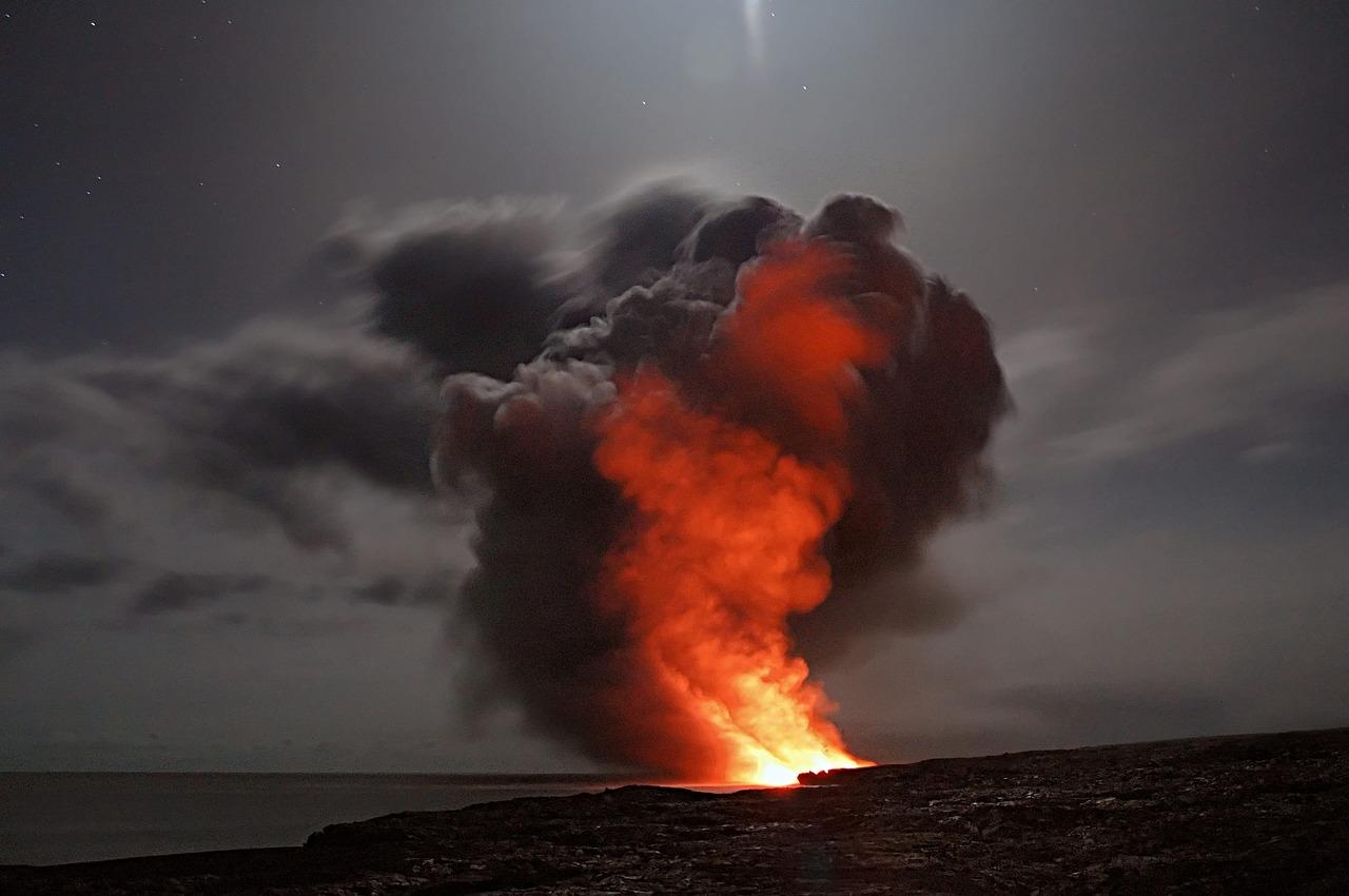 what makes volcanos erupt